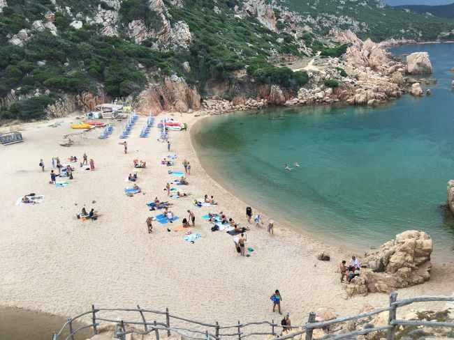 Pláž di Li Cossi blízko Isoal Rossa u města Costa Paradiso