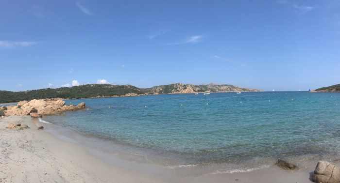 Pláž s bílým pískem na ostrově Caprera u Sardinie