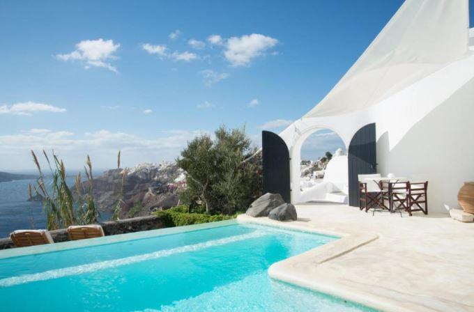 Snídaně vedle bazénu v hotelu Perivolas na Santorini