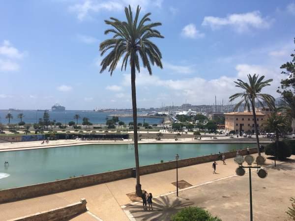 Výhled od katedrály na pobřeží a moře Palma de Mallorca
