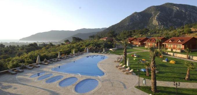 Západ slunce u hotelu s bazénem ve tvaru chodidla