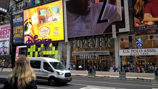 Obchody na Times Square, New York - známý Forever 21