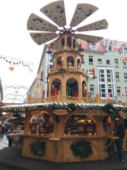 Dřevěný stánek na trhu u kostela Frauenkirche
