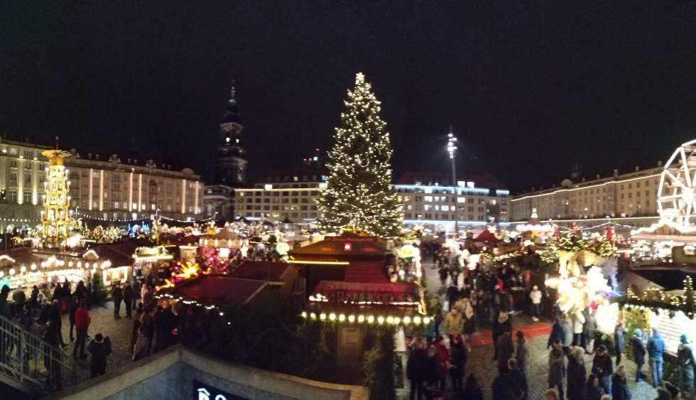 Panorama vánočního trhu v Drážďanech na náměstí Altmarkt