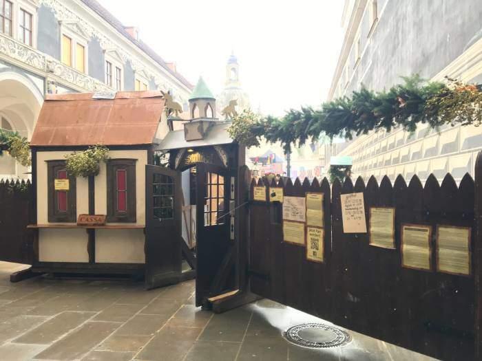 Vánoční trh v Drážďanech na nádvoří zámecké stáje Stallhof v Drážďanech