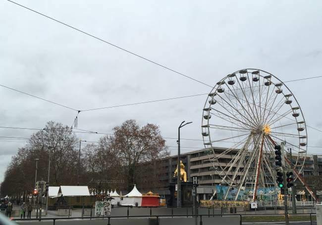 Vánoční trhy v Drážďanech za řekou zvané Augustusmarkt