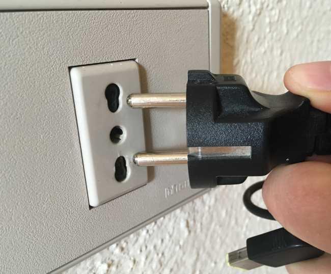 Elektrická zásuvka na Sardinii nefungovala na nabíjení notebooku