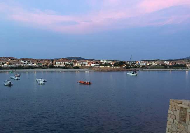 Isola Rossa na Sardinii noční červánky