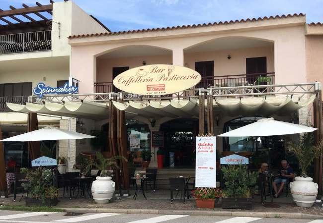 Jden z mnoha barů kaváren v Isola Rosse