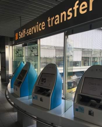 Odbavovací kiosky na letišti Check in před letem