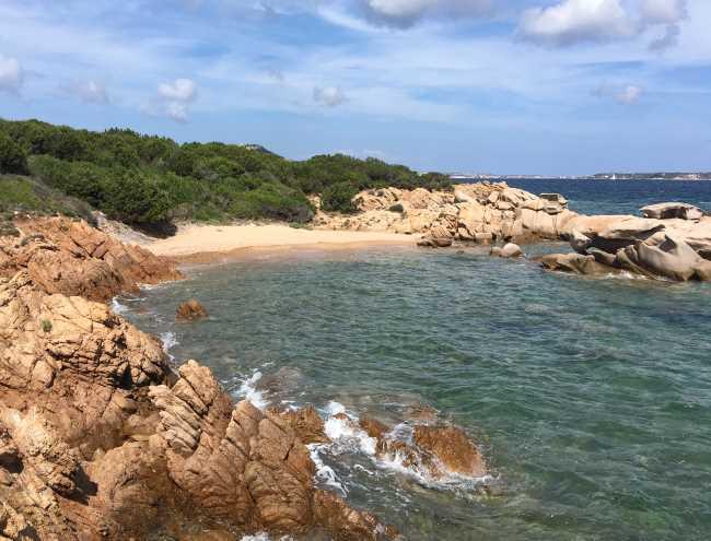 Písečná pláž bez lidí mezi Palau a Cannigione Sardinie