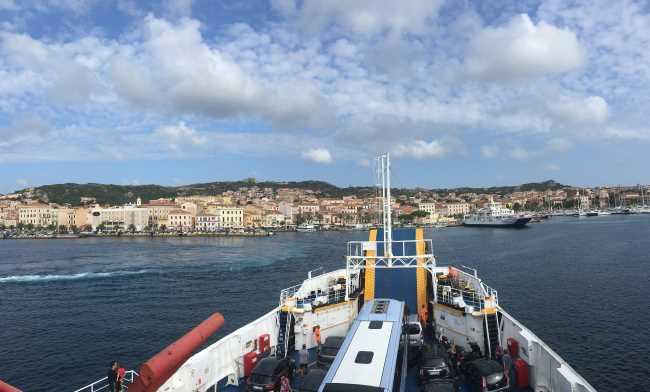 Příjezd trajektu do La Maddalena