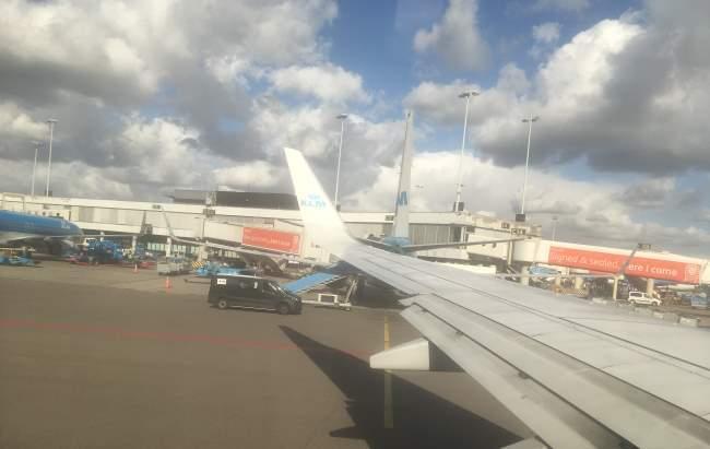 Před vzletem z Amsterdamu do Prahy 1 hodina letu