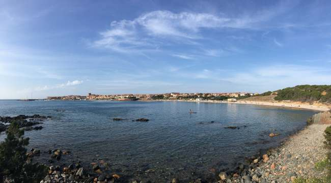 Panorama Isola Rossa z kraje pláže