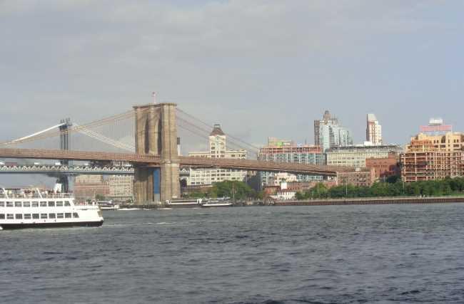 Pohled na Brooklynský most z trajektu