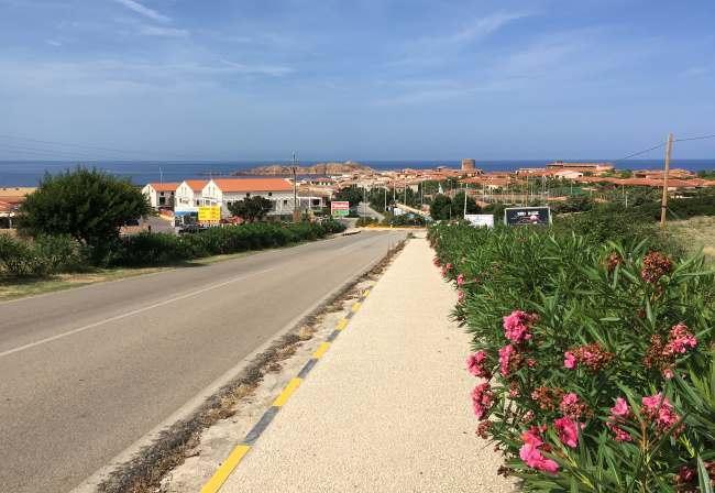 Pohled na město Isola Rossa při vjezdu