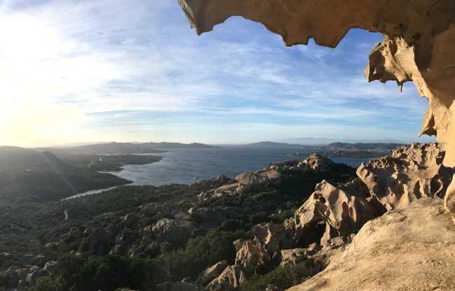 Pohled na zátoku s městem Palau od Capo d Orso