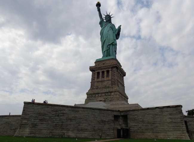 Sochva svobody v New Yorku nedaleko Manhattanu