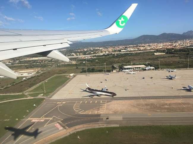 Vzlet z letiště Olbia s pohledem na město