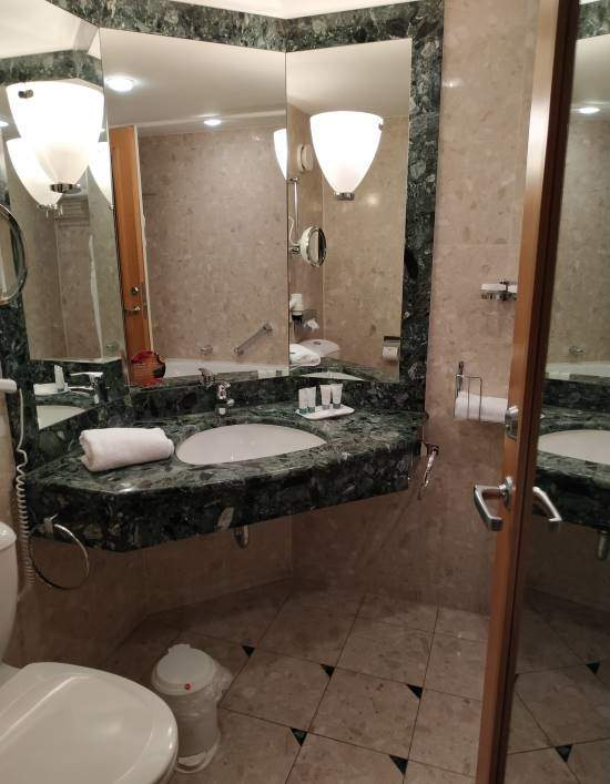 Naše koupelna v hotelu v Drážďanech