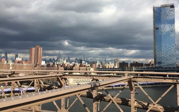 Pohled na Manhattan pod mrakem