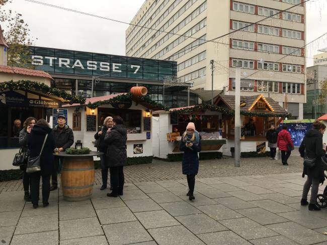 Ulice Prage strasse z nádraží do centra s vánočními trhy