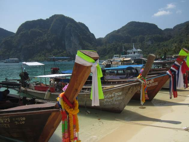Fotogenické lodičky u pobřeží na Phi Phi v Thajsku