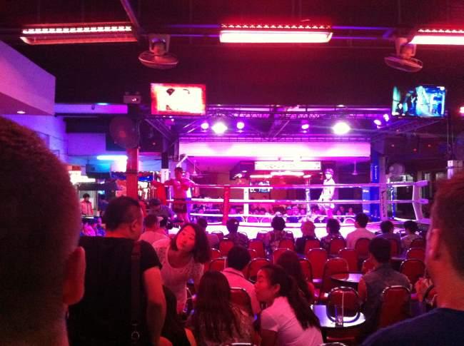 Noční zábava v ulicích Pattaya v Thajsku