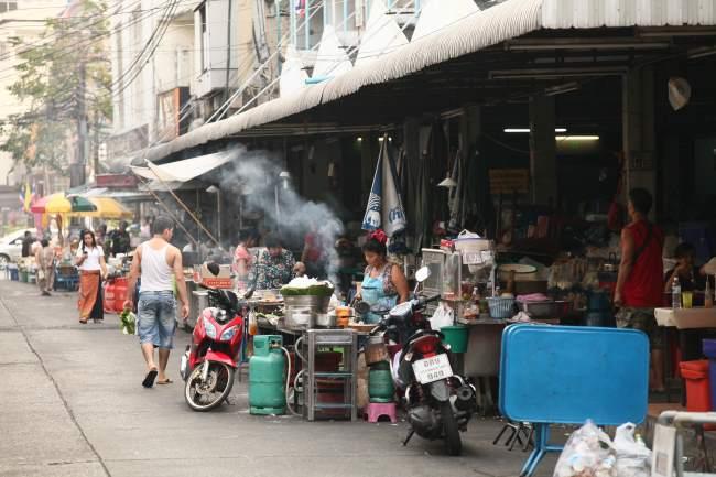 Typická-ulice-v-centru-Bangkoku-Thajsko