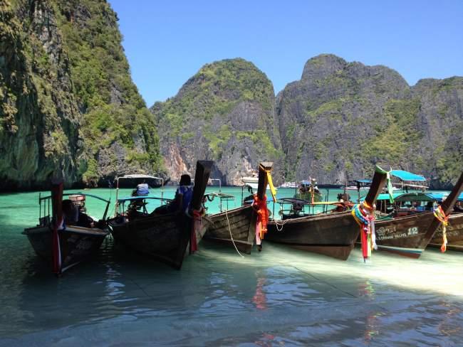 Zátoka s loďkami na menším ostrovu u Phi Phi