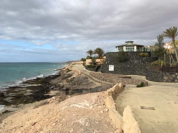 Útes s pláží mořem a hotelem R2 Pajara Beach oblast Costa Calma