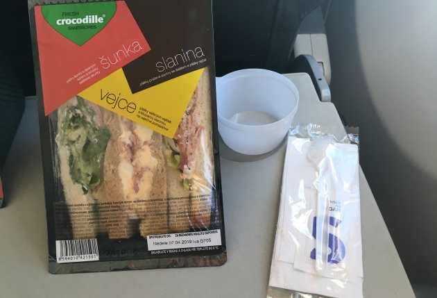 Jídlo v letadle na letu z Prahy na ostrov Fuertevetura SmartWings