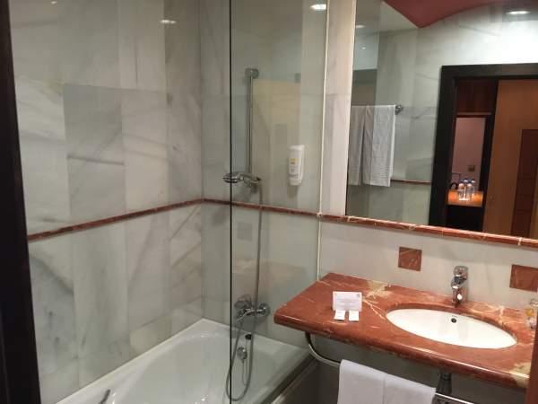 Koupelna obložená mramorem v resortu R2 Pajara Beach Fuerteventura
