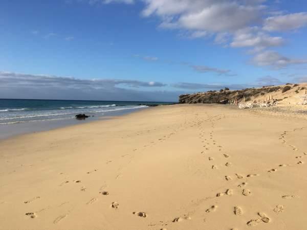 Pláž a moře v oblasti Costa Calma na ostrově Fuerteventura