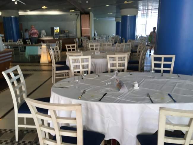 Typická prostorná jídelna na velkém hotelu s Light All Inclusive