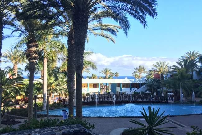 Výhled na bazén v našem hotelu v letovisku Costa Calma