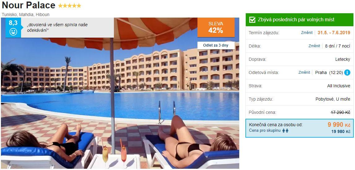 Bazén u hotelu v Tunisku s tobogánem