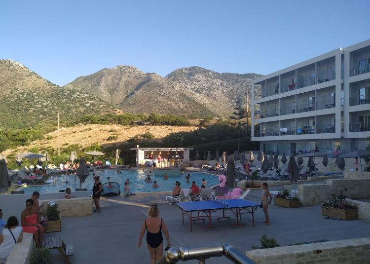 Hlavní bazén před hotelem Atali Grand Resort na Krétě, Řecko