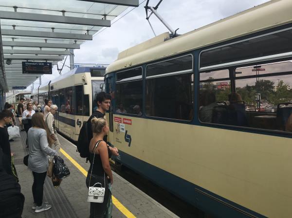 Příměstský vlak mezi Vídní a Primarkem