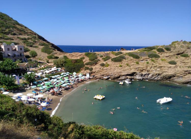 Pláž a moře u pobřeží nedaleko hotelu Atali Grand Resort na Krétě