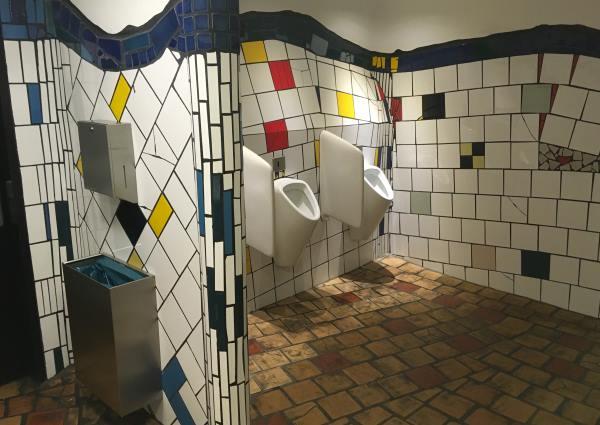 Toalety WC u Hundertwasserova domu ve Vídni