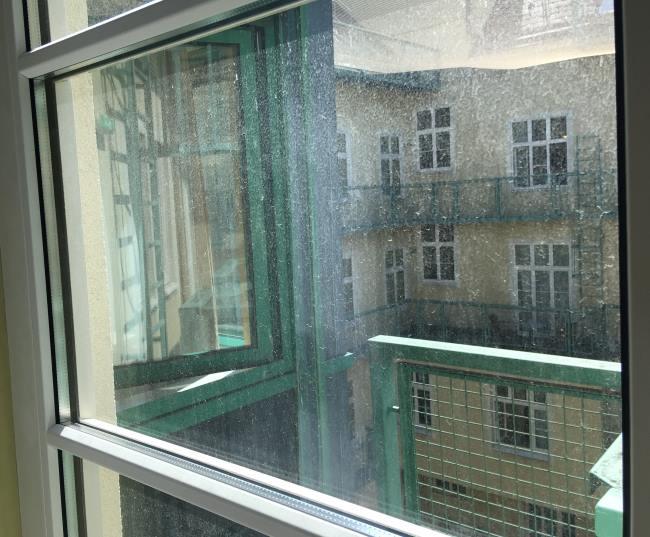Výhled z ubytování ve Vídni do vedlejšího pokoje