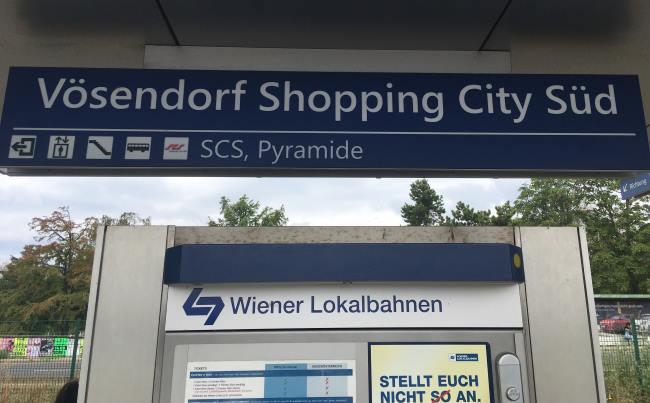 Zastávka vlaku Vosendorf u obchodního domu kde je Primark