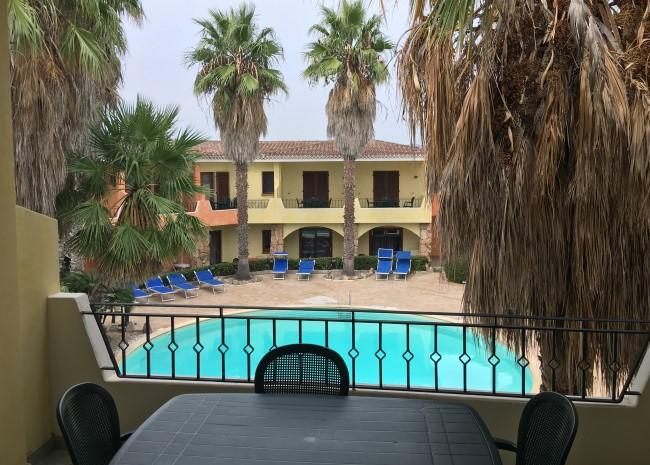 Bazén a výhled z pokoje na Palau Green Village ubytování na Sardinii