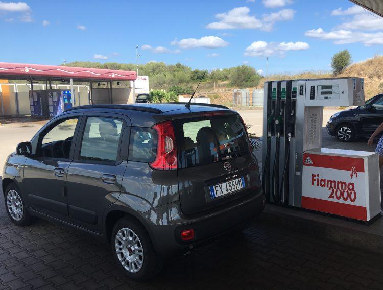 Fiat Panda z autopůjčovny na benzinové pumpě
