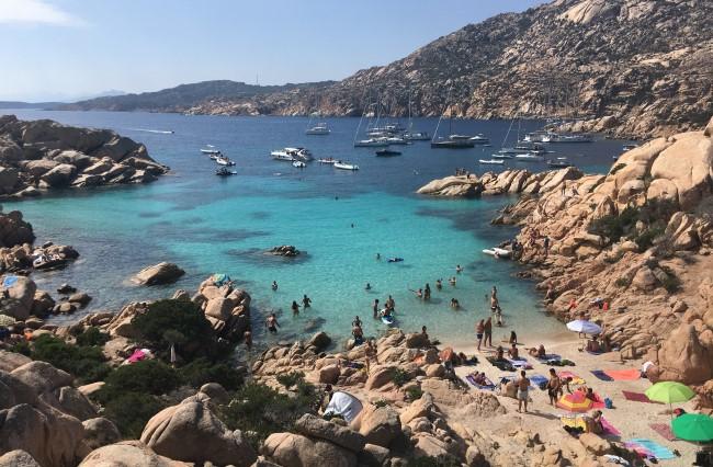 Pláž a moře na ostrově Caprera u pobřeží Sardinie
