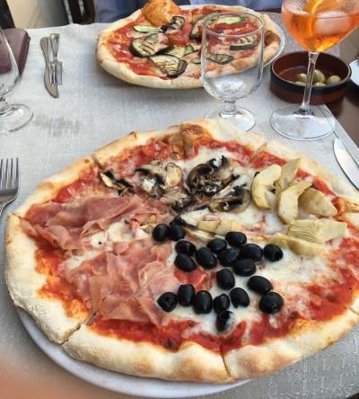 Pravá italská pizza na Sardinii v restauraci