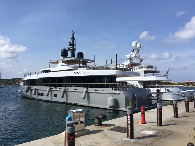 Yachta a loď v přístavu u pobřeží Sardinie