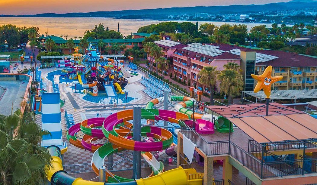 Západ slunce nad aquaparkem v Turecku tobogány