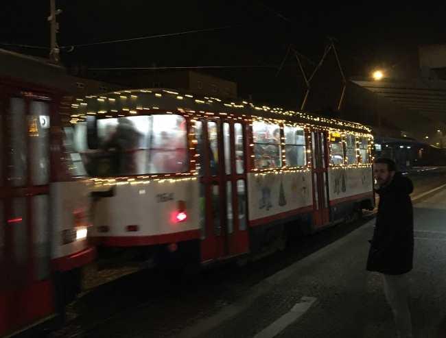 Vánoční trhy Olomouc osvětlená vánoční tramvaj